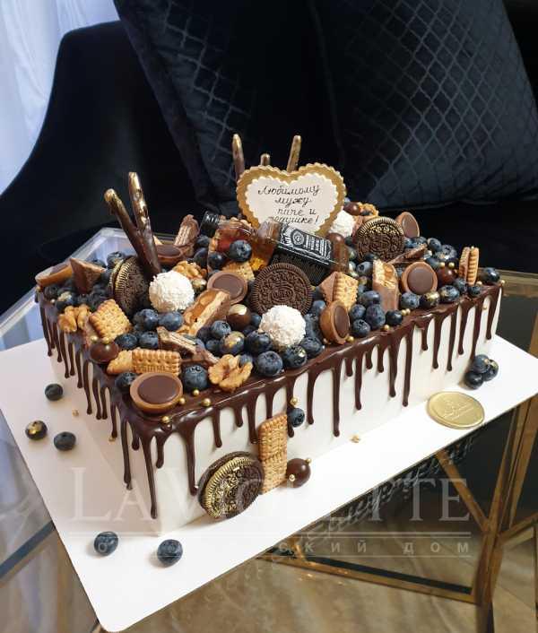 Торт с ягодами и конфетами №979